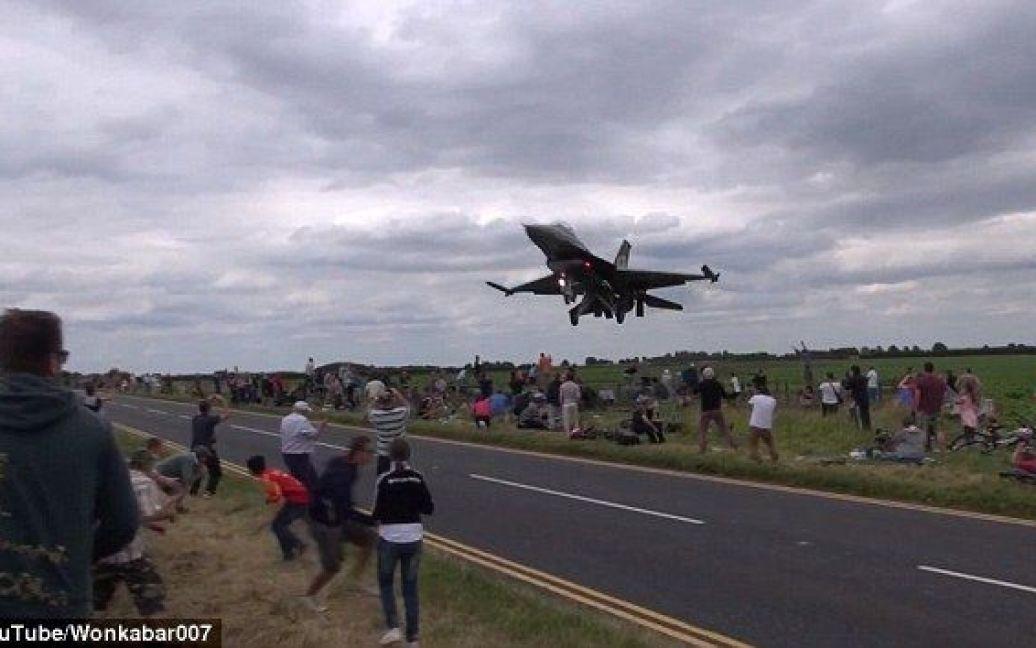 Відео неймовірного трюку пілота набрало уже 1,7 мільйона переглядів / © dailymail.co.uk