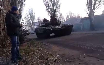На Луганщині українські військові дають відсіч ворогу із танками