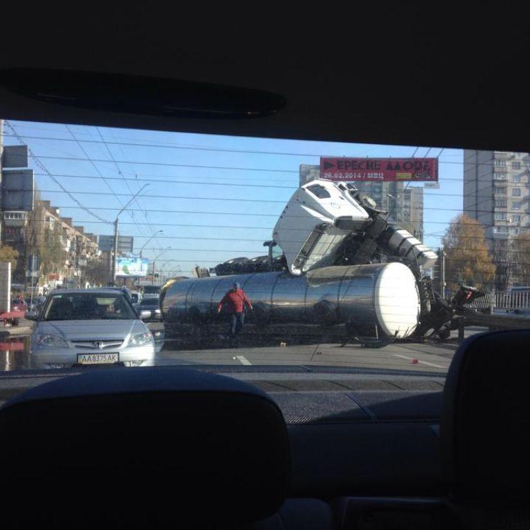 Розтрощена автоцистерна перегородила проспект Перемоги у Києві, водії стоять у довжелезному заторі