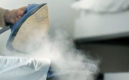 У Києві на голови перехожих жінка викидає з вікна побутову техніку, скло і посуд
