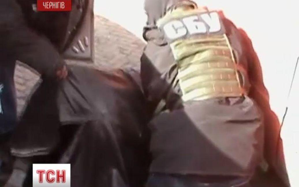 Задержанный российский шпион был вооружен двумя кинжалами / © ТСН.ua