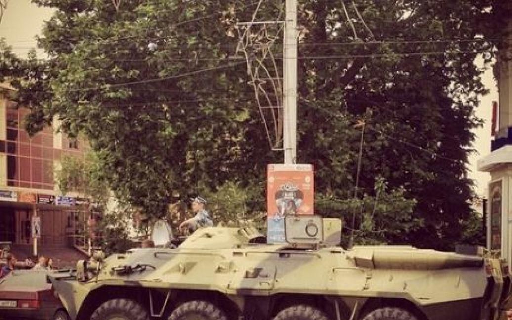 Чтобы помешать крымским татарам почтить 70-летие депортации с полуострова их народа, в центр Симферополя согнали сотни ОМОНовцев, пригнали БТРы и автозаки / © Instagram / andy_michael