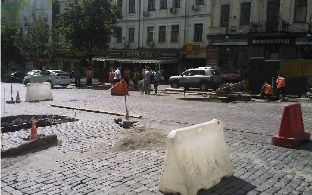 Часть дорожного покрытия провалилась на улице Хмельницкого. / © Магнолія-ТВ