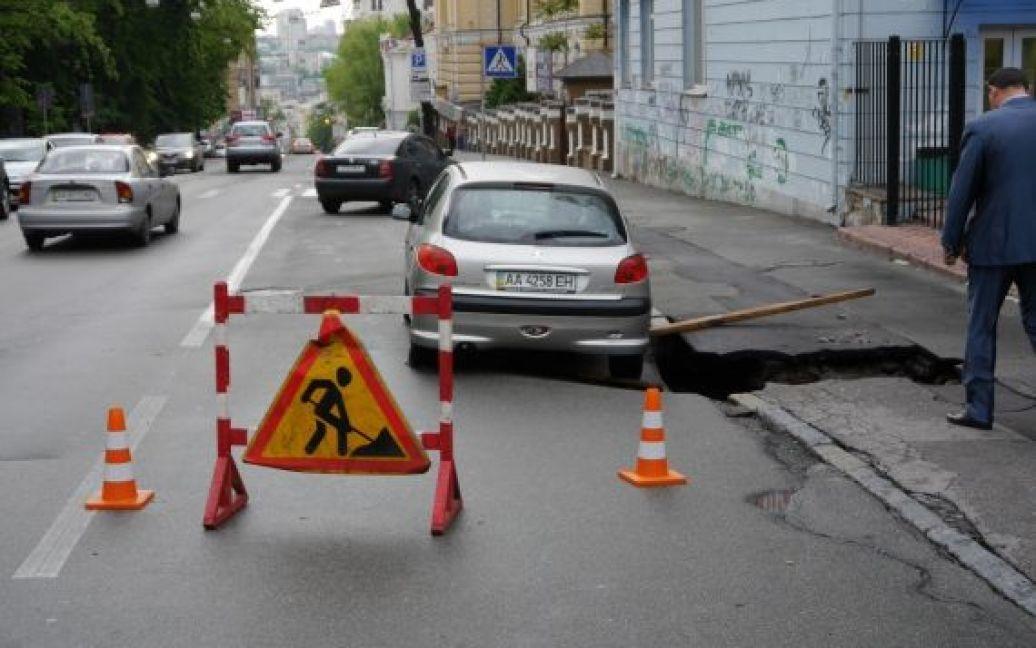 "Автомобиль ""Пежо"" оказался на краю ямы / © Эльдар Сарахман, gazeta.ua"