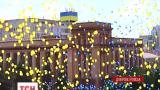 Выпускники в Днепропетровске выпустили в воздух крупнейший в мире флаг из воздушных шариков