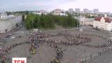 В Чернигове активисты сделали огромный живой велосипед