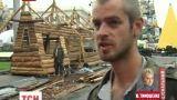 Майдановцы начали строить себе дом в центре Киева