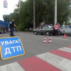 В Киеве на переходе водитель наехал на 15-летнюю девочку и скрылся с места ДТП