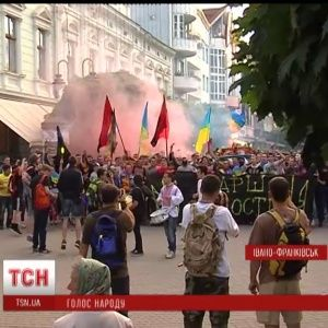 В Івано-Франківську ультрас з барабанами та петардами вшанували пам'ять загиблих героїв