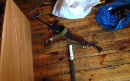 На базе отдыха под Киевом схватили туристов с автоматами, ножами и луком