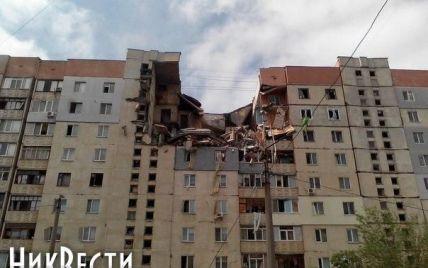 В Николаеве в разрушенной взрывом многоэтажке слышны крики из-под завалов