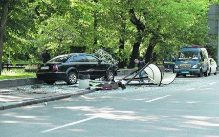 В Киеве иномарка на большой скорости протаранила автобусную остановку