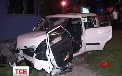 Неадекватный водитель разбил машину при попытке с ветерком въехать в магазин