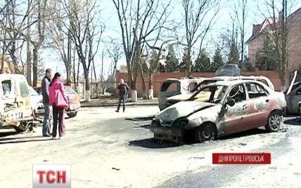 В Днепропетровске возле жилого дома дотла выгорели шесть авто