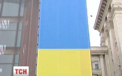 В Киеве связанное с Ахметовым здание обернут рекордным сине-желтым знаменем