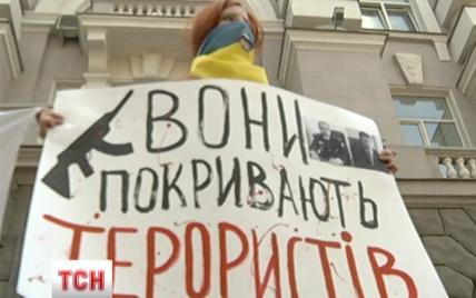 Киевляне пикетировали СБУ с вопросами об ответственности сепаратистов