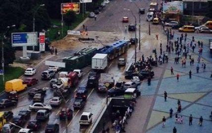 В Киеве на Лыбедской площади асфальт ушел под землю: общественный транспорт и авто стали в пробке