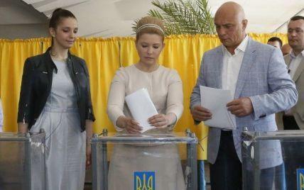 Тимошенко с прической в стиле 60-ых проголосовала на выборах-2014
