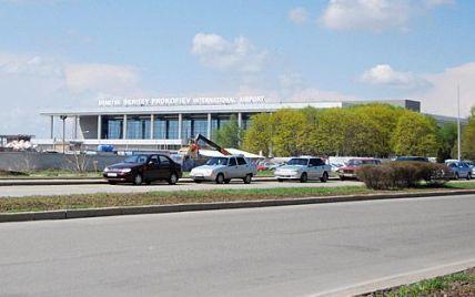 Вооруженные террористы ворвались в аэропорт в Донецке, обслуживание рейсов приостановили