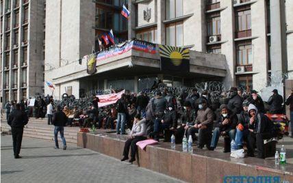 У будівлі Донецької ОДА сепаратисти вже розклали матраци та облаштували їдальню