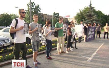 """Активисты под посольством РФ требовали свободу для трех украинцев и """"нары"""" для Путина"""