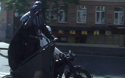 "Дарт Вейдер катается по Киеву на мотоцикле под звуки ""Имперского марша"""