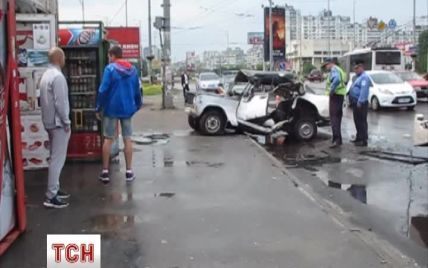 В Киеве на оживленном проспекте ВАЗ после столкновения выбросило на остановку транспорта