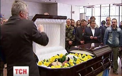 В последний путь провели автомайдановца, который погиб во время штурма милиции в Мариуполе