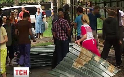 В Киеве возмущенные жители с топорами снесли строительный забор, чуть не досталось милиции