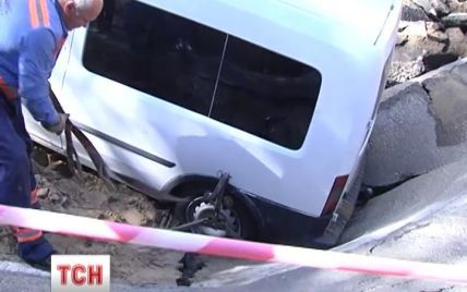 В Киеве автомобиль, который провалился под асфальт, достали после шестичасовой спасательной операции