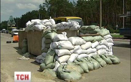 Самооборона ушла из блокпостов возле Киева, но оставила на всякий случай бетонные блоки