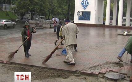 Коммунальщики почти с боем со второй попытки разобрали баррикаду возле стадиона Лобановского