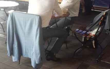 """Царев на вокзале в Москве """"щебечет"""" в кафе с сыном Пшонки - очевидцы"""
