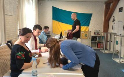 На Донбассе голосуют все больше людей, но террористы запугивают и грабят избиркомы