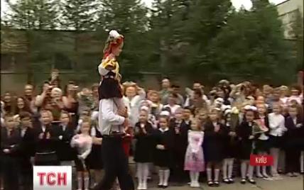 Киевские выпускники надели вышиванки вместо советских фартуков и не купались в фонтанах