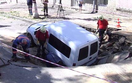 В центре Киева автомобиль провалился под асфальт