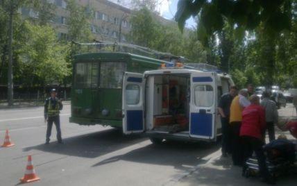 В Киеве пенсионерка на ходу выпала из троллейбуса
