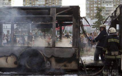 МВД назвало официальную причину возгорания автобуса на Троещине