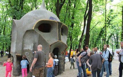 В Киеве появилась скульптура в виде гигантской головы богатыря