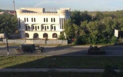 На Луганск движется колонна танков, БТРов и грузовиков под флагами России и Крыма (видео)
