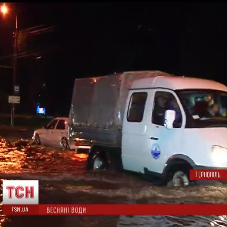 Непрерывные дожди подтопили дома на Прикарпатье и размыли колеи на Львовщине