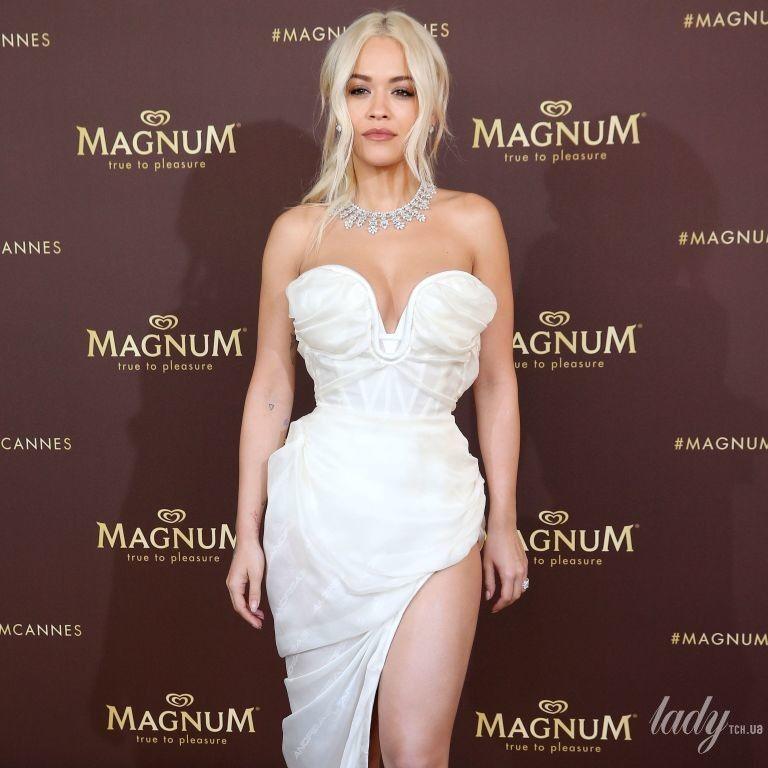 В белом платье-бюстье и босоножках с перьями: Рита Ора на фотоколле в Каннах