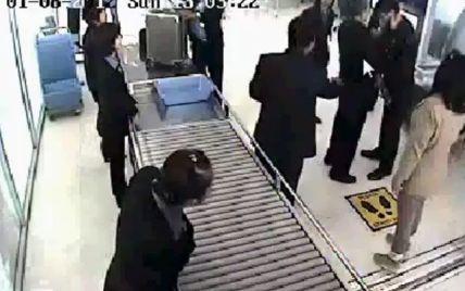 """Чиновник став """"зіркою"""" Інтернету після роздачі ляпасів працівнику аеропорта (відео)"""