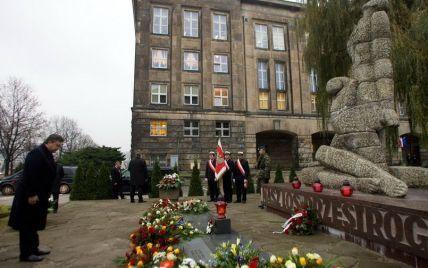 Янукович поклав квіти до пам'ятника розстріляним професорам