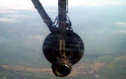 Пасажири побачили, як в польоті у літака відвалилося колесо
