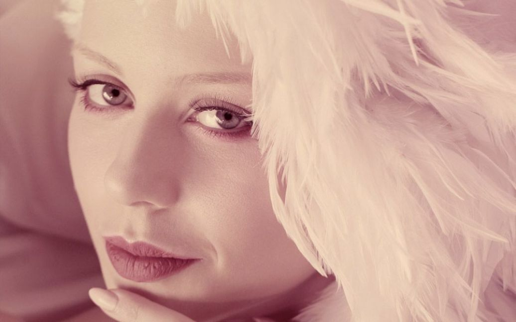 Співачка Тіна Кароль у своєму новому кліпі стала рожевою нареченою і зіграла разом із лебедем у роялі. / © ТСН.ua