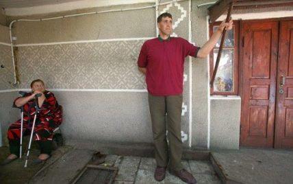 На Житомирщині на 44-му році життя помер найвищий чоловік у світі