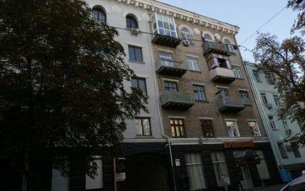 В центрі Києва стеля впала і переламала ноги пенсіонерці