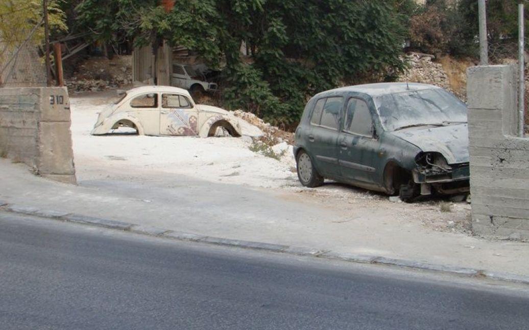 Кладбище автомобилей возле дороги в Вифлееме. Фото Дмитрия Шаповалова / © euronews.com