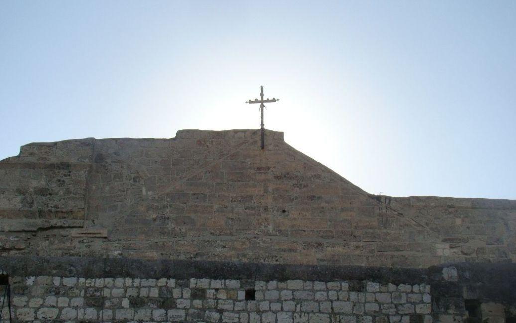 Крест над древней базиликой Рождества Христова в Вифлееме. Фото Дмитрия Шаповалова / © euronews.com